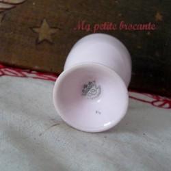 Adorable coquetier ancien en porcelaine rose