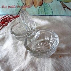 Joli saleron sel et poivre en verre moulé ancien