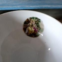 Petit bol ancien en porcelaine scène galante couple sur un banc