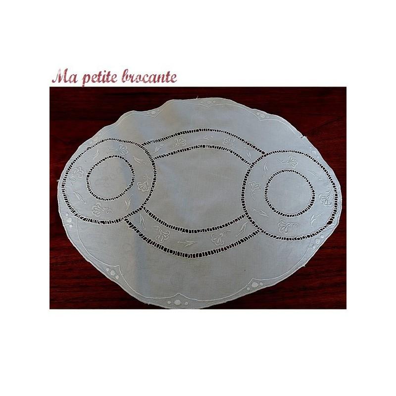 Centre de table ovale en fil de lin brodé