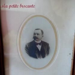 Ancien cadre en bois vitré avec un portrait d'homme à la moustache