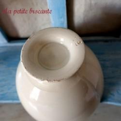 Bol ancien en porcelaine sur piédouche couleur crème