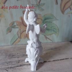 Chérubin putti ange joueur de cymbales en porcelaine Capodimonte
