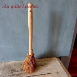 Ancienne brosse ménage, vaisselle en bois et chiendent