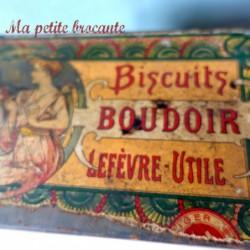Belle boîte ancienne biscuits boudoir Lefèvre-Utile pleine de boutons anciens