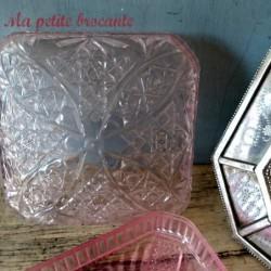 Belle boîte ancienne en plastique rose décor de rosaces