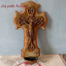 Ancien crucifix bénitier en bronze sur velours