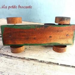 Ancien camion jouet en bois et barriques ou tonneaux