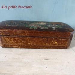 Ancienne boîte à gants en bois décor de pensées