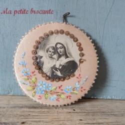 Ancien reliquaire agnus dei sur soie peinte et perles