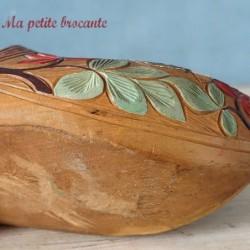 Ancien sabot en bois sculpté de fleurs en polychromie