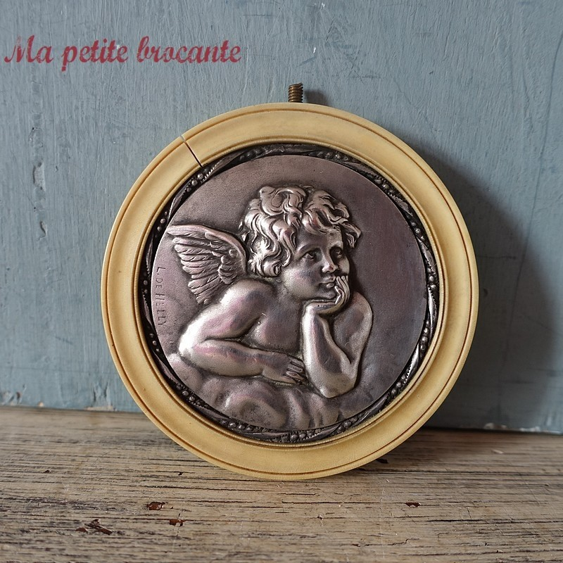 Belle médaille de berceau ange en argent et plastique signée L. DE HELLY