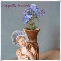 Bouquetière biscuit de porcelaine jeune fille au cornet