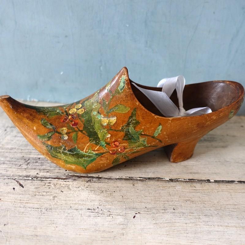 Ancien sabot soulier en bois sculpté de fleurs en polychromie