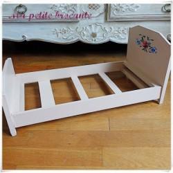 Ancien lit de poupée en bois peint