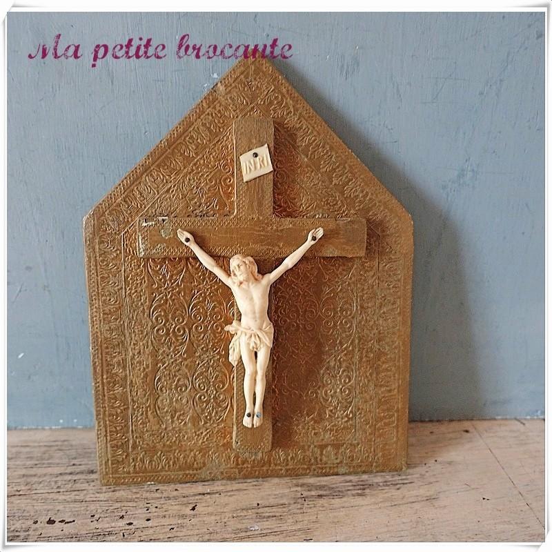 Ancien crucifix sur cadre bois peint doré