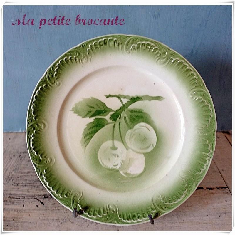 Belle assiette ancienne décor de fruits sur branche