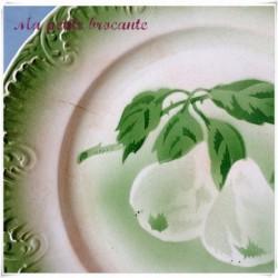 Belle assiette ancienne décor de fruits sur branche poires bordure verte