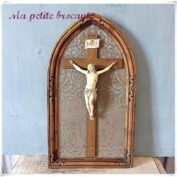 Ancien crucifix christ sur cadre en bois doré