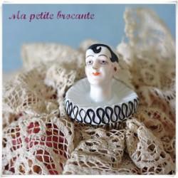 Ancien coussin à épingles avec une tête de pierrot en porcelaine
