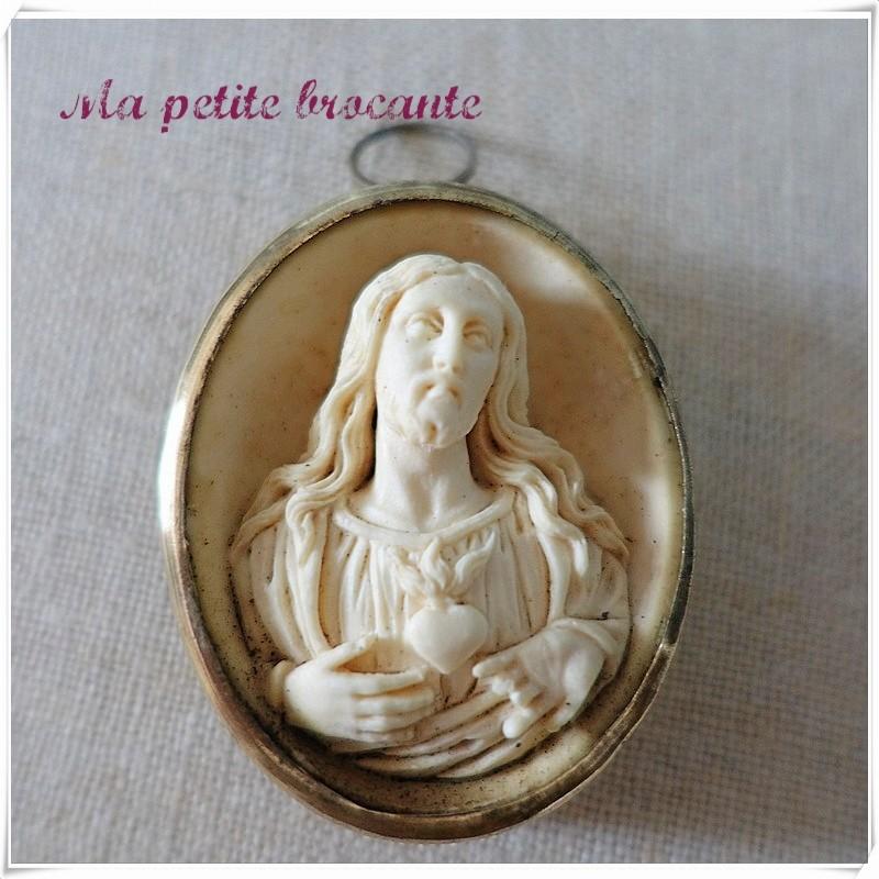 Ancien reliquaire en médaillon Jésus-Christ