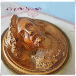 Médaillon bas relief en plâtre personnage renaissance à identifier