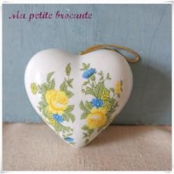Ancien pot-pourri forme coeur à suspendre en porcelaine