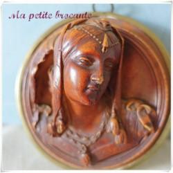 Médaillon bas relief en terre cuite personnage renaissance à identifier
