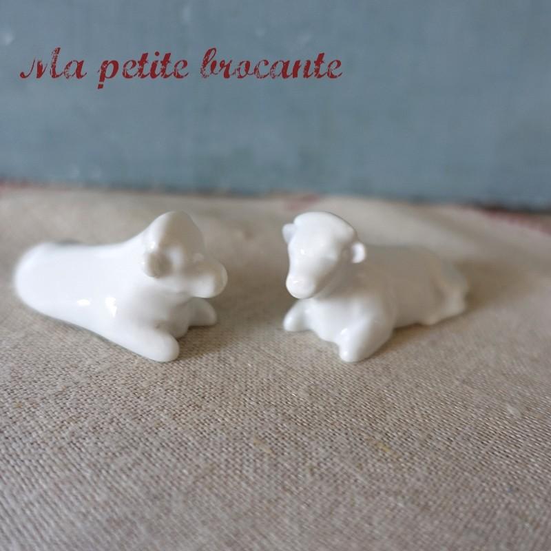 Lot de deux vaches miniatures en porcelaine blanche