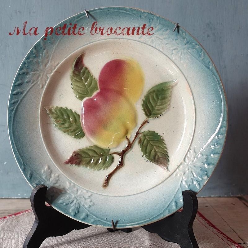 Belle assiette ancienne en barbotine décor de pommes