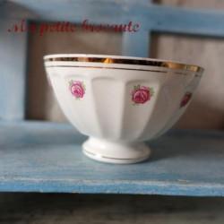 Petit bol ancien en porcelaine opaque décor de petites roses