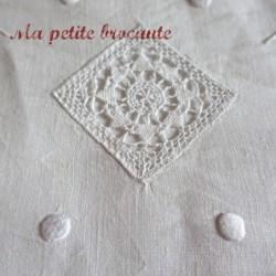 Merveilleux drap ancien en fil de lin richement brodé