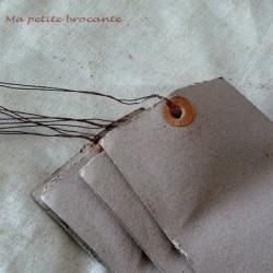 Lot de cinq étiquettes anciennes avec oeillets et attaches en fil de fer