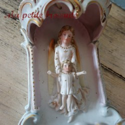 Ancien et énorme bénitier en biscuit de porcelaine polychrome