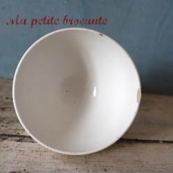 Petit bol ancien en porcelaine opaque belle frise de petites roses