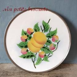 Ancien dessous de plat en faïence et métal décor de fruits au pochoir
