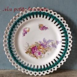 Assiette en porcelaine ajourée décor de bouquet floral