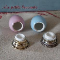 Paire de salerons en porcelaine forme d'oeuf rose et bleu