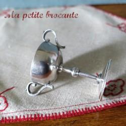 Petite coupe sur piédouche deux anses en métal argenté ou argent