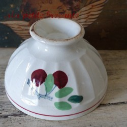 Enorme bol ancien sur piédouche en faïence blanche décor de cerises