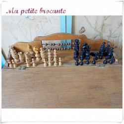 Un jeu d'échecs en bois dans son coffret bois marqué F & Cie Paris