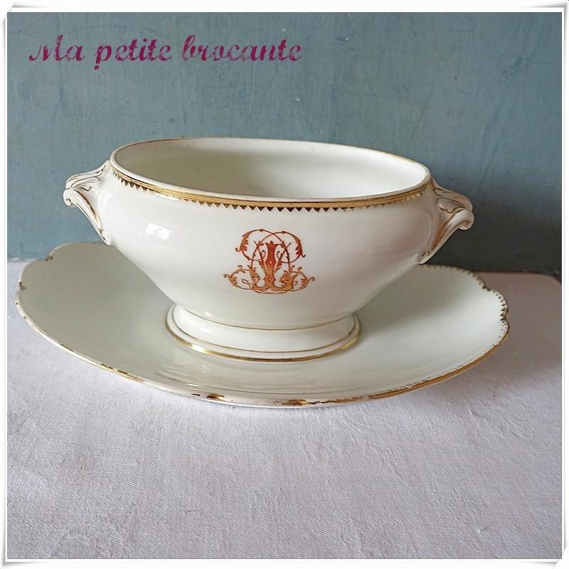 Saucière ancienne chiffrée en porcelaine de Paris