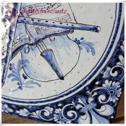Carreau ancien en faïence vernissée décor de lys et instruments de musique