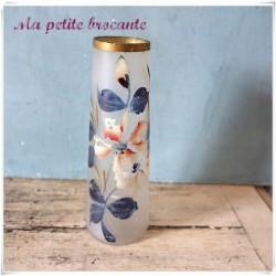 Vase ancien en verre dépoli peint à la main d'un décor de fleur
