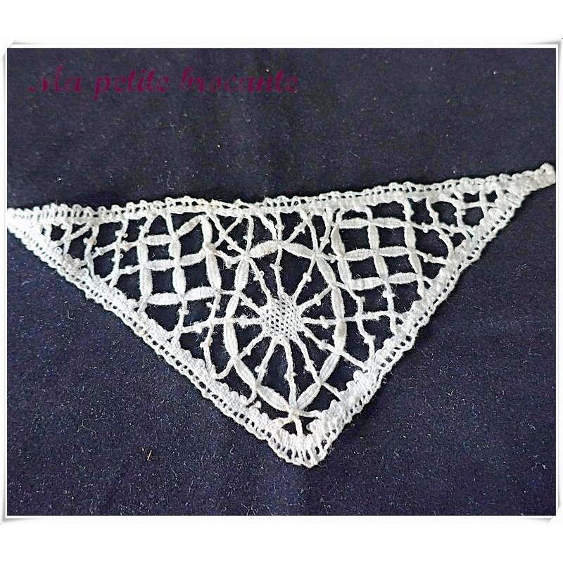 Belle insertion en dentelle à l'aiguille ancienne forme  triangle
