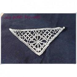 Insertion en dentelle ancienne à l'aiguille  forme  triangle