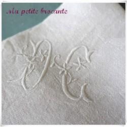 Huit serviettes damassées blanches monogramme DC