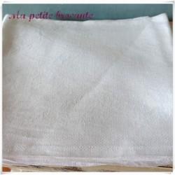 Six serviettes damassées blanches frise florale