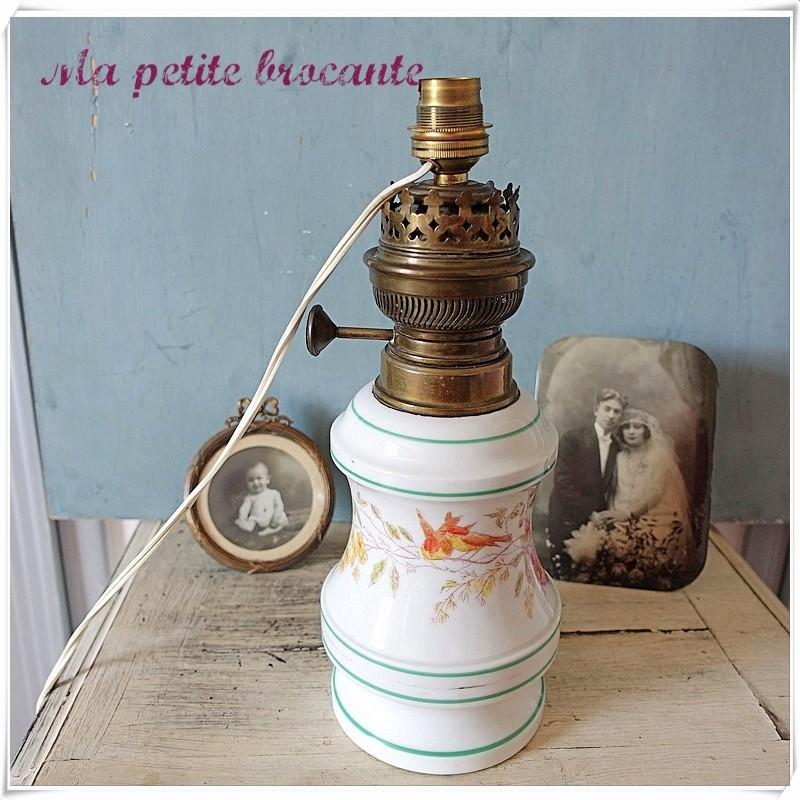 Lampe à pétrole en porcelaine décor floral et oiseaux  électrifiée