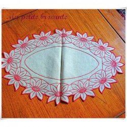 Superbe centre de table ou napperon ovale en lin broderie rouge